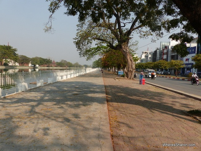 المشي بجوار الخندق في ماندالاي