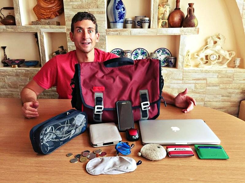 حقيبة الكمبيوتر والأجهزة الإلكترونية في تجهيز شنطة السفر