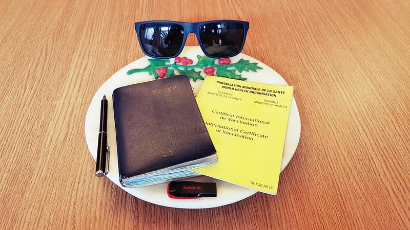 جواز السفر والنظارات