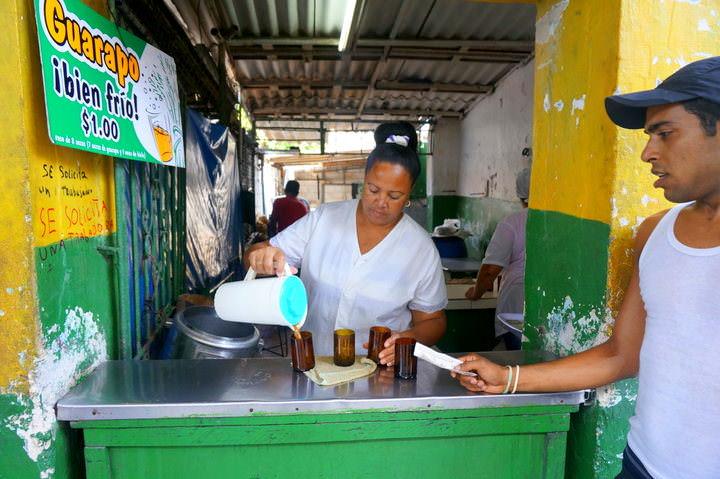 محلات البيزو (محلات للوجبات الرخيصة) و تكلفة السياحة في كوبا