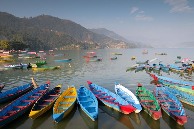 مدينة بخارى والقوارب الملونة في البحيرة