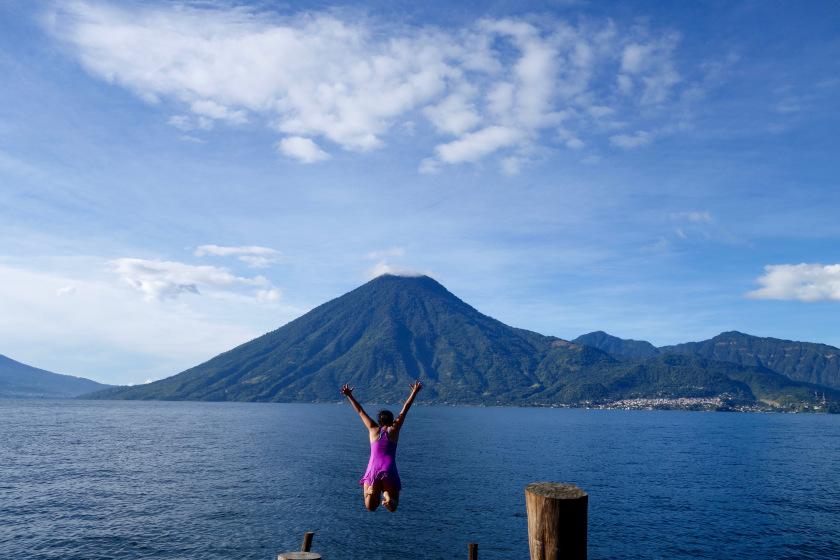 القفز في بحيرة اتيتلان في غواتيمالا