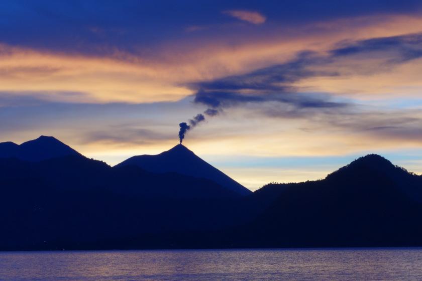 الجبال البركانية في بحيرة اتيتلان