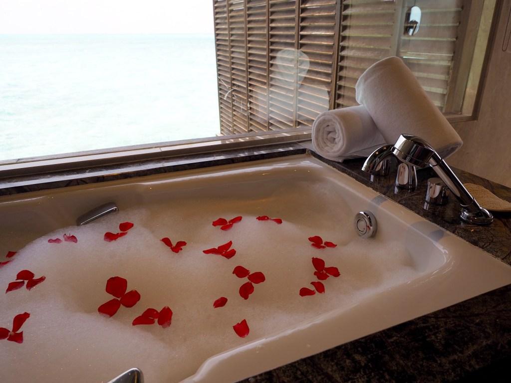 حمام رومنسي في غرف المنتجع