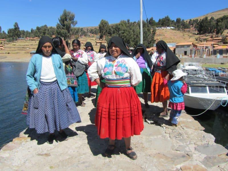 نساء جزيرة امانتاني في البيرو